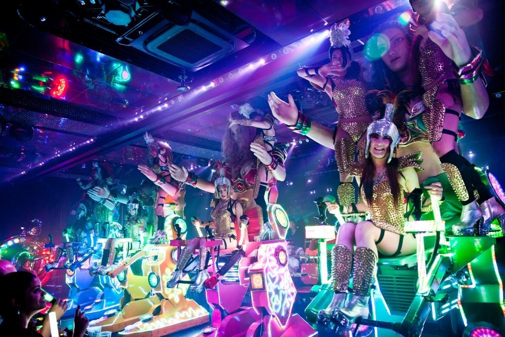 Необычный ресторан роботов. Шоу роботов в Японии