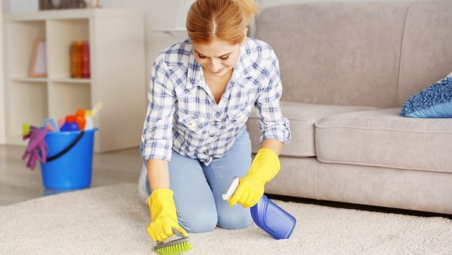Как самостоятельно почистить ковер дома